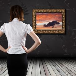 Frau betrachtet ein Bild in der Galerie